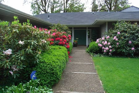 Privacy, Quiet, River, & Gardens - Cottage Grove - Haus
