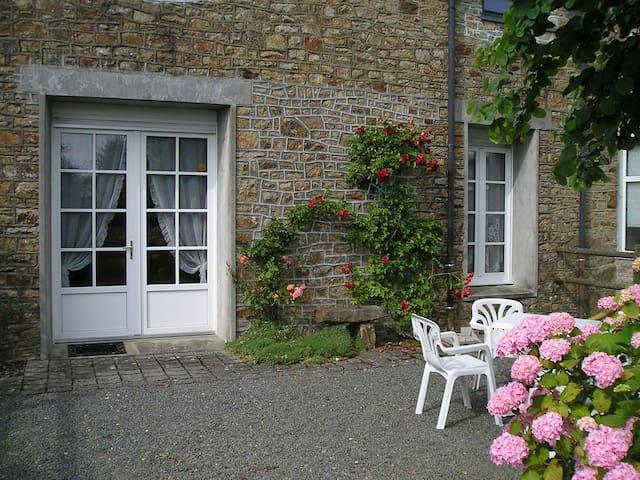 Jolie maison en pierres, au calme. Le salon et la chambre donnent sur le jardin.