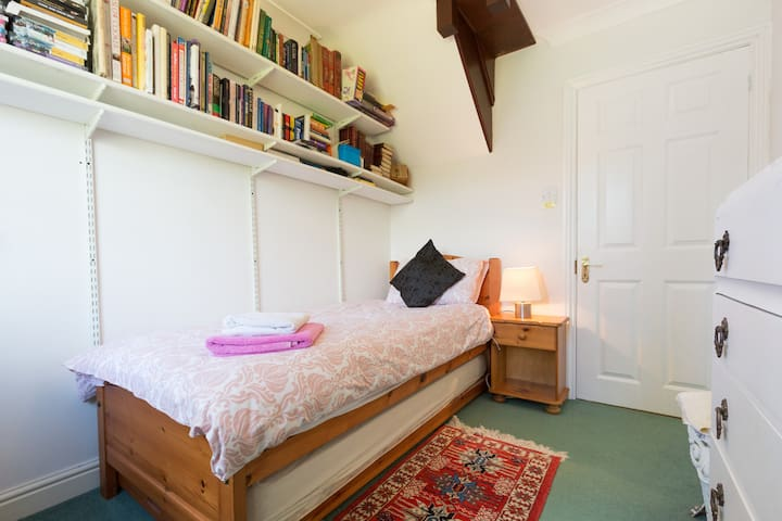 'THE SNUG' Lakeview room for one - great location!