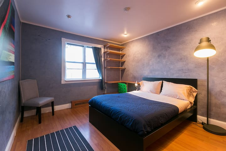 2 bedroom with yard, 4 mins to LGA