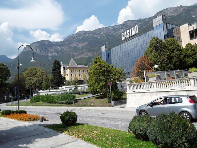 Veduta dal viale.... il casinò e sullo sfondo il Grand Hotel Billia...
