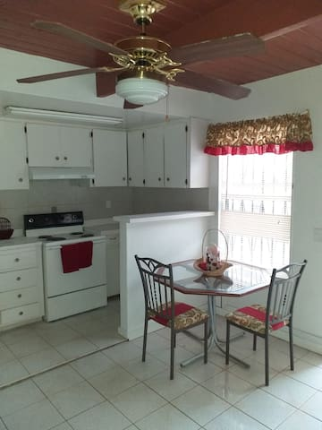 Cute Island Apartment minutes from the Beach!
