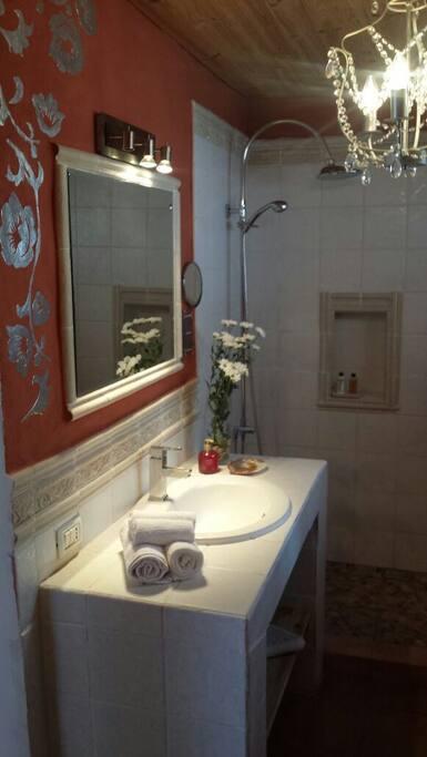 Acogedor baño, con vestidor