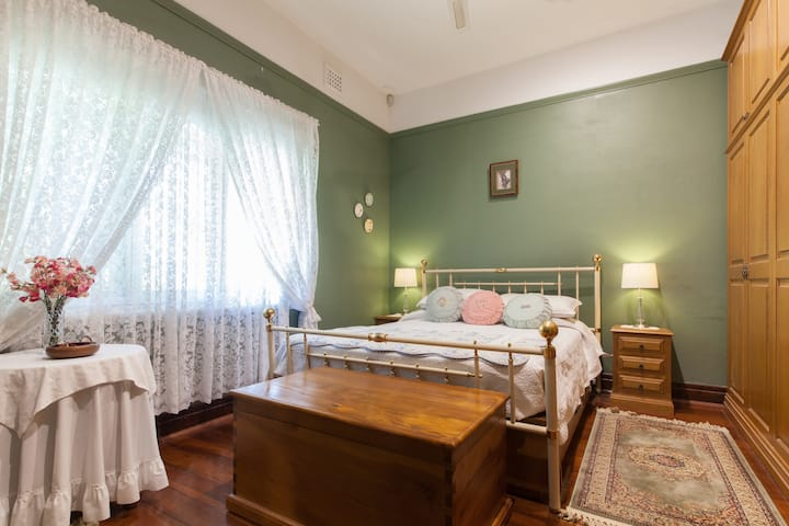Charming room, queen bed and shower