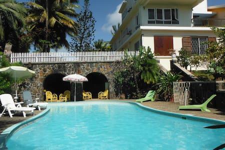 Grande Villa avec vue sur le lagon. - Calodyne - Vila