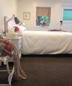 Modern room/ensuite in a central/relaxed home - Te Anau - Bed & Breakfast