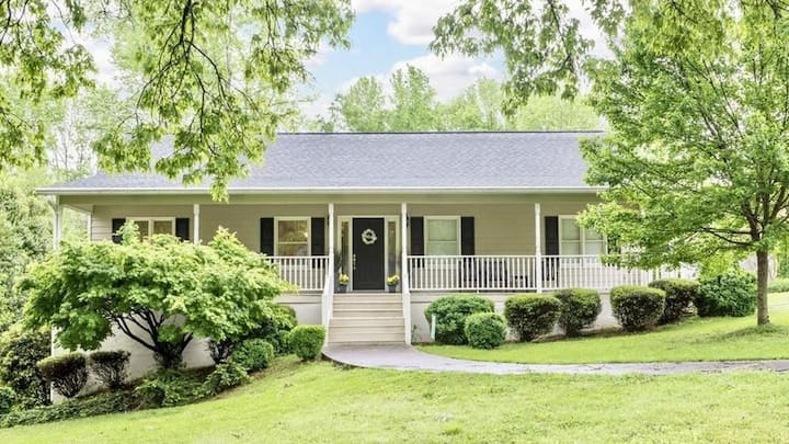 -Casual Luxury Farmhouse Feel; Walk to the Square!