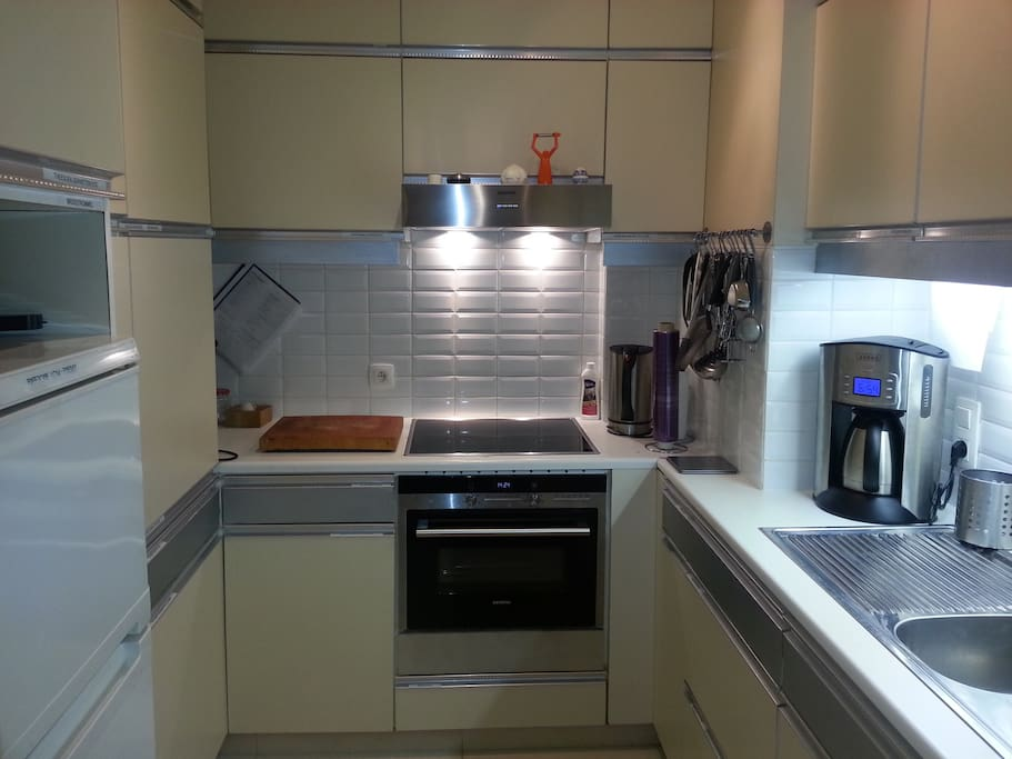 Keuken met combi-oven, koel/diepvries etc