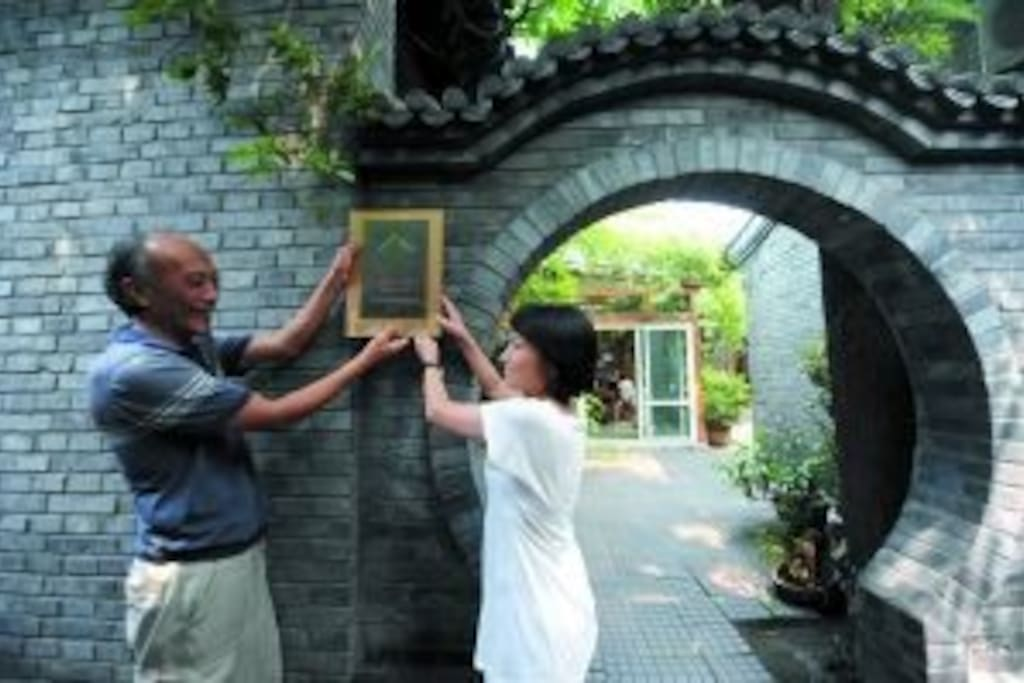 The host and hostess at the moon gate