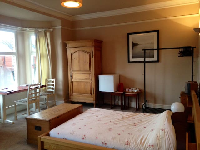 very large triple room / bedsit - Stretford - Rumah
