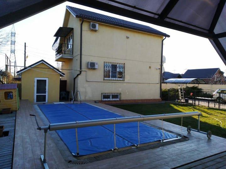 Дом с горячим бассейном и сауной