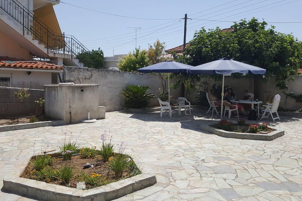 700m2 großen Gartengrundstück mit Obstbäumen und Sitzplatz aus Natursteinplatten mit traditionellem Backofen