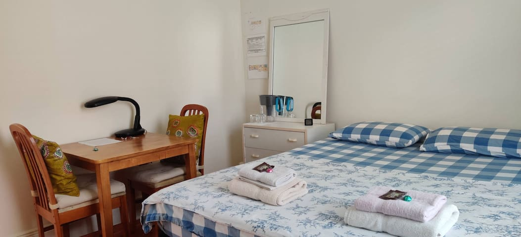 Simple and comfy: Mid-city room in great location