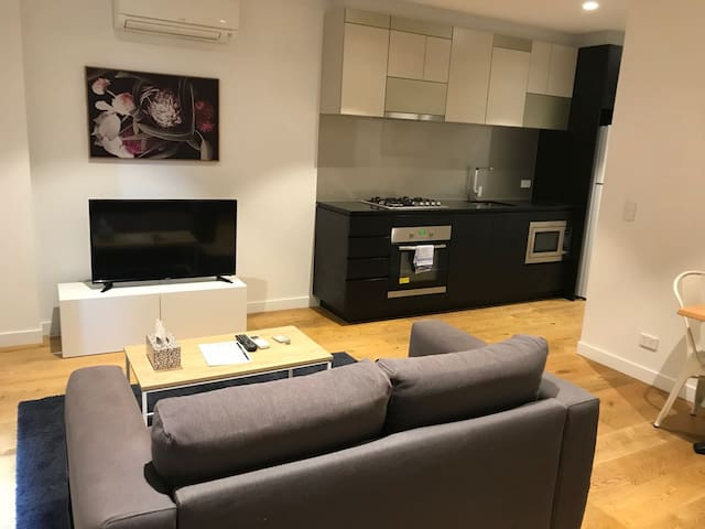 Contemporary One Bedroom Apartment Melb CBD