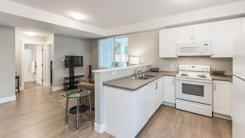 Brand new lakeside 1 bedroom in central location