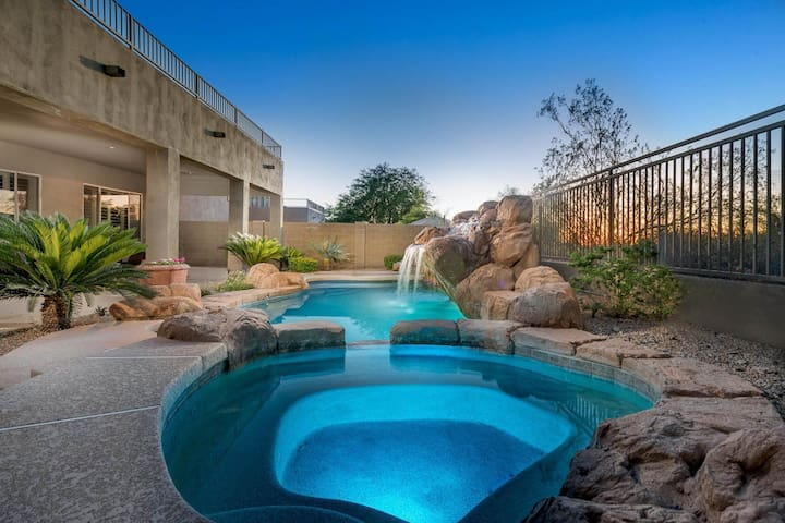 Rambling home w/pool & hot tub - near golf, dining, shopping