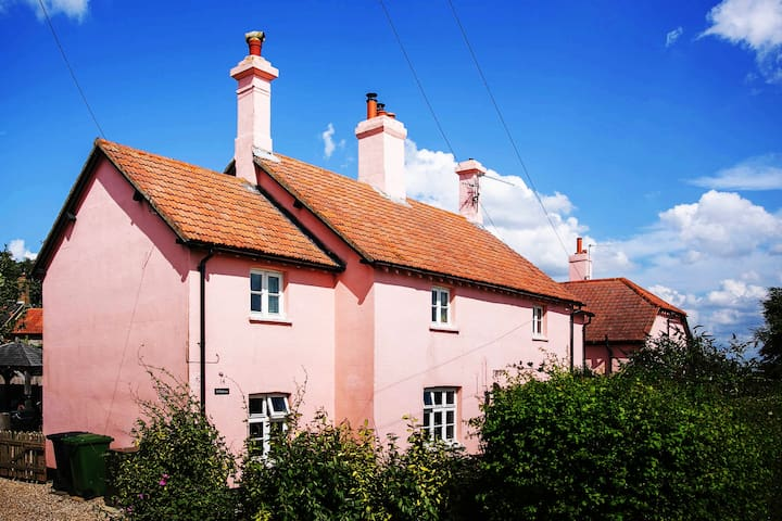 Mallows, Egmere, sleeps 5-6, dogs welcome