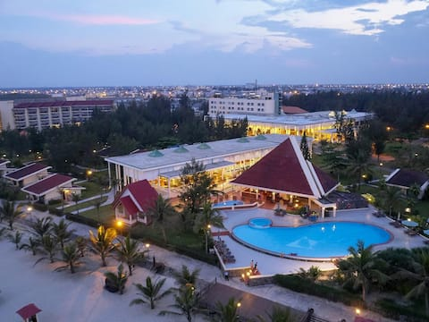 RESORT- Right on the beach- Marble Mountain