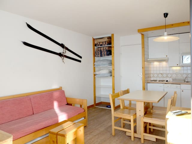 South facing studio with a large view on the resort and glacier, ski back to the residence possible.