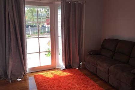 Near new comfortable house in leafy blackburnsouth - Blackburn South