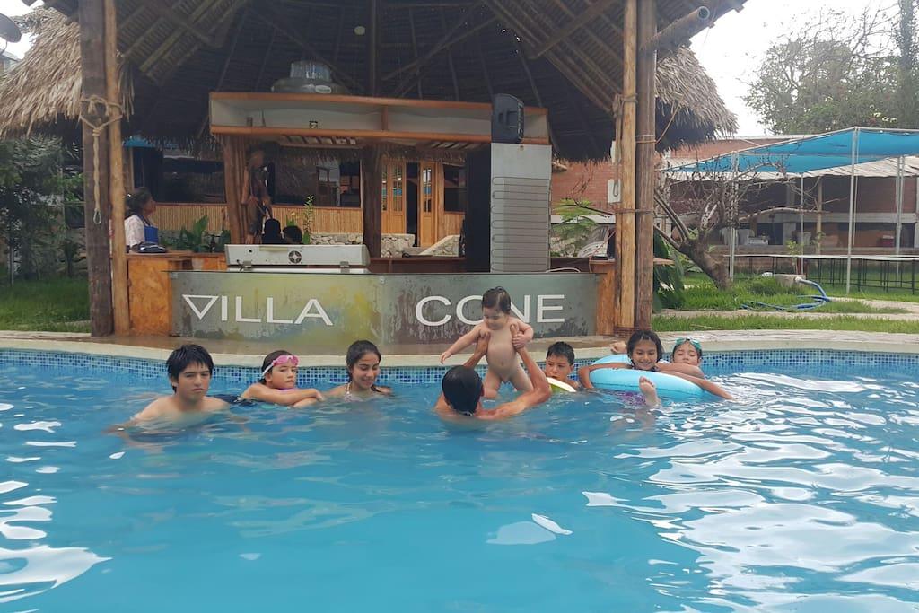 Barra junto a piscina para disfrutar deliciosas bebidas