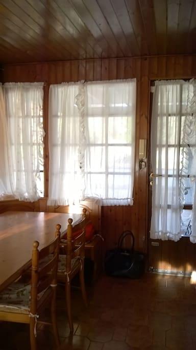 cucina in veranda, completamente finestrata, con balconcino ed ingresso su terrazza