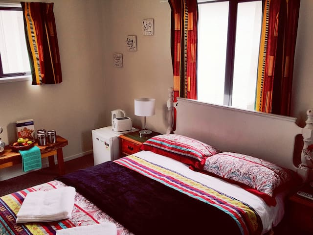 Cosy retreat!! Close to the Airport and shops.