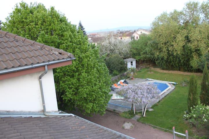 Une maison avec un grand jardin et une piscine.