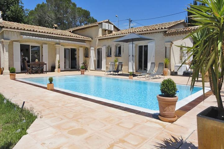 Detached villa with private pool and air conditioning, 10 km from the Mediterranean