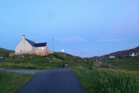 The Harbour Bar - Cosy Family Home - Eriskay - House