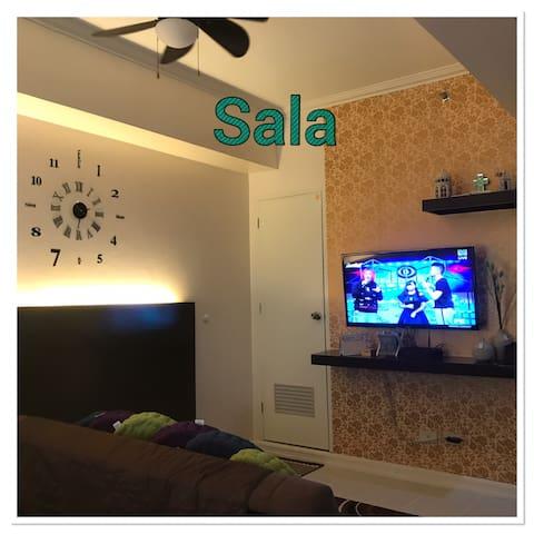 Sala w/ ceiling fan, sofa bed & TV