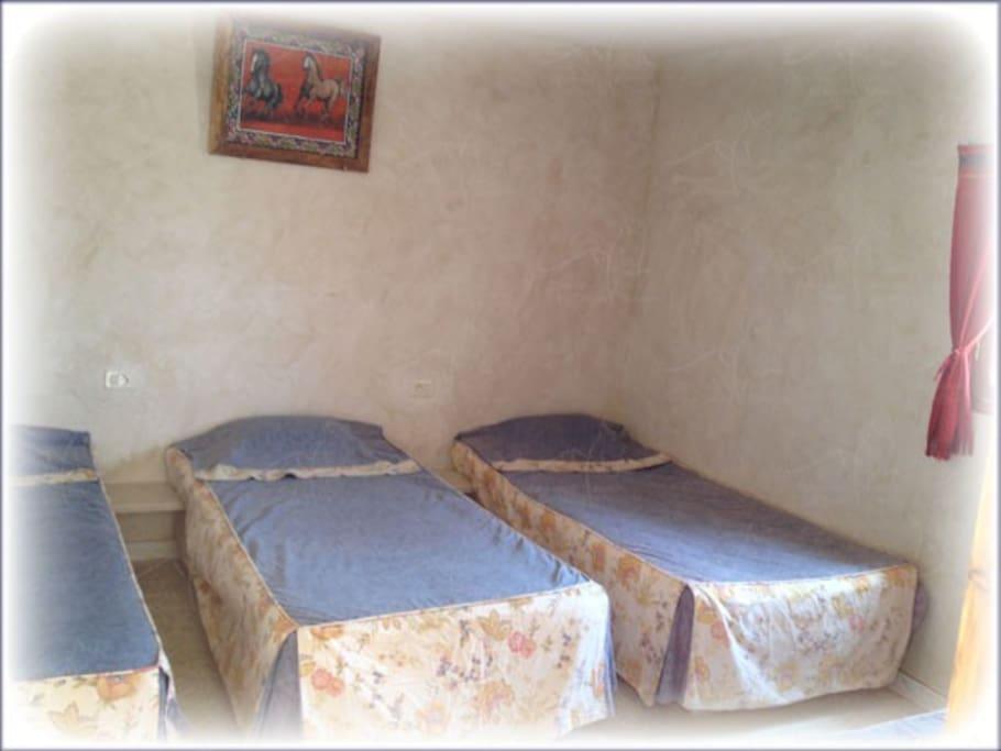 chambre située à proximité d'un bloc sanitaire.