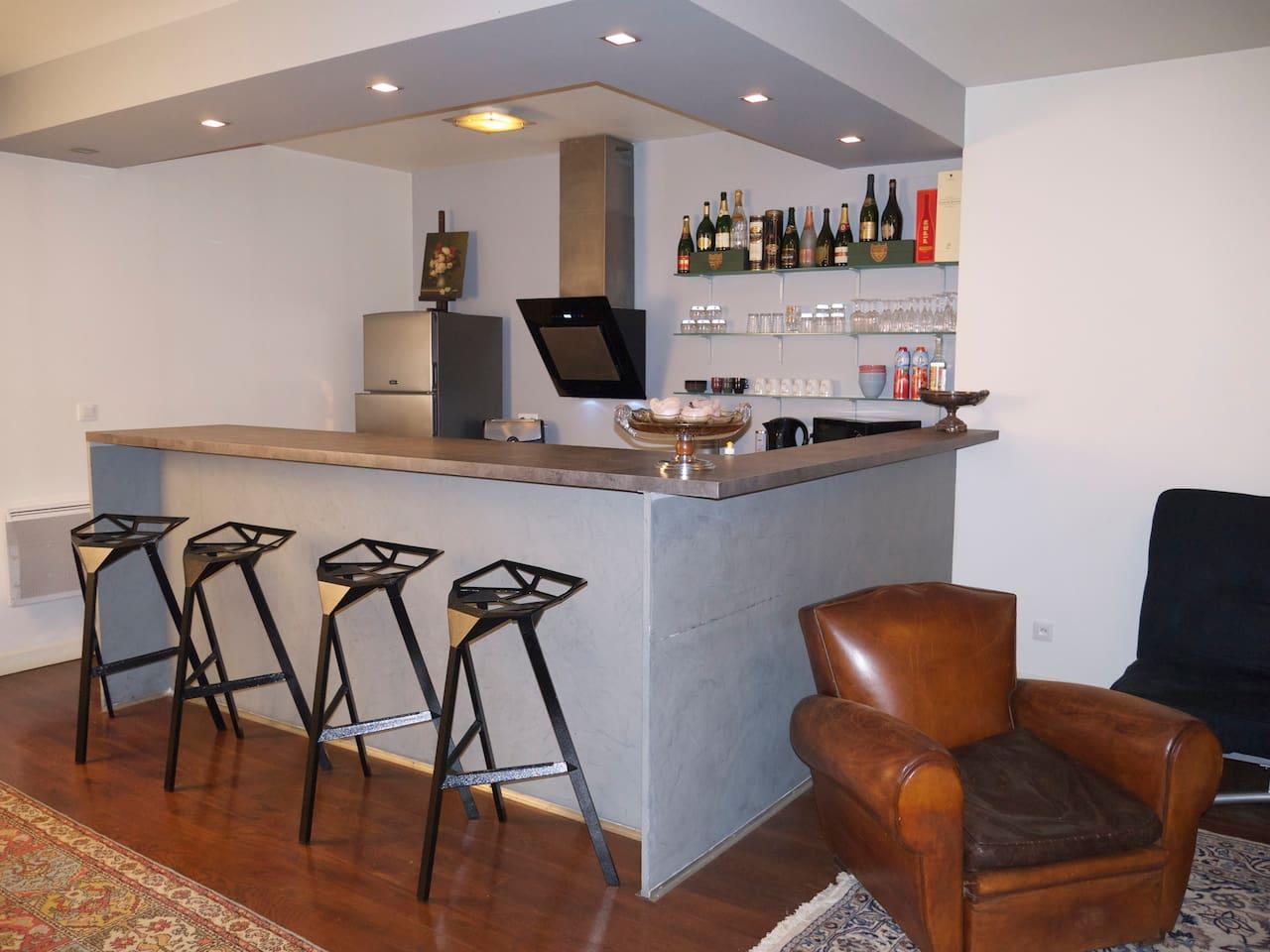 Espace cuisine et son bar très convivial.