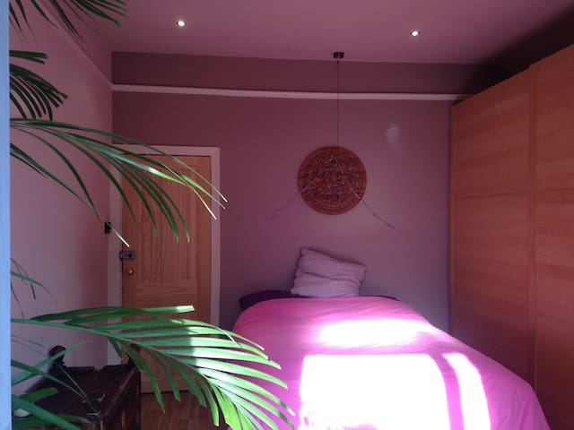 lovely double bedroom with balcony - Stretford - Rumah