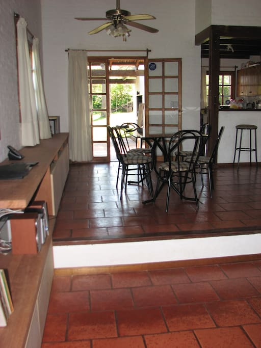 Comedor con cocina separada por barra.