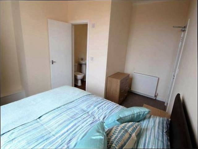 Double ensuite, close to centre, station, and M62 - Widnes - Guesthouse