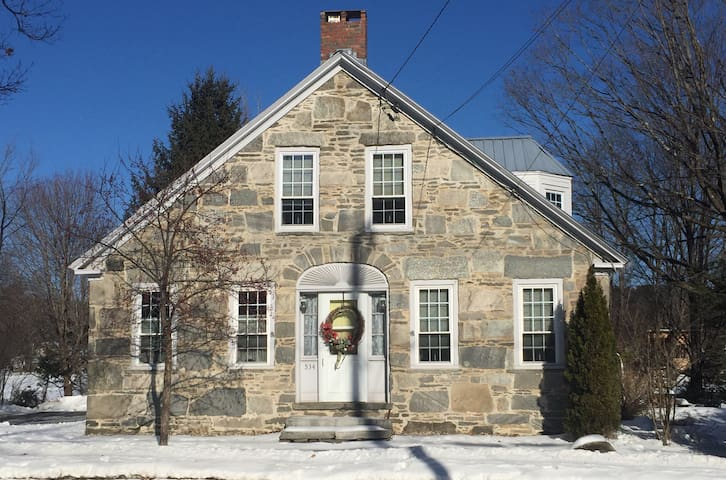 Quaint 1843 Stone House 3bd/2ba - Chester - Huis