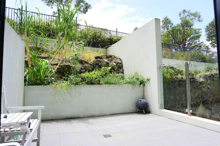 Apartment with charming yard, walk to airport