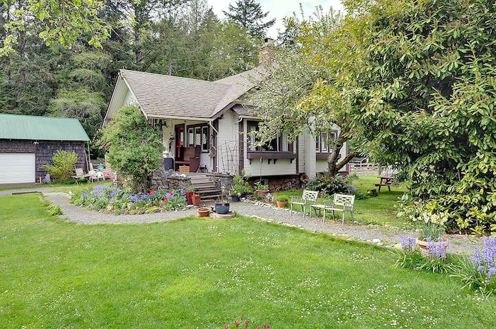 1918 West Coast Heritage Cottage - Sooke - House