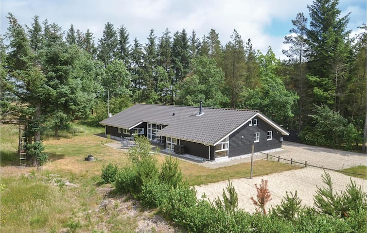 Holiday cottage with 4 bedrooms on 175m² in Oksbøl