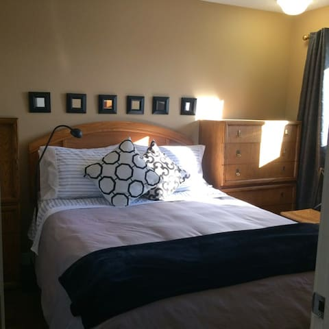Apple Treehouse in Radisson Hts 2 - Calgary - Bed & Breakfast
