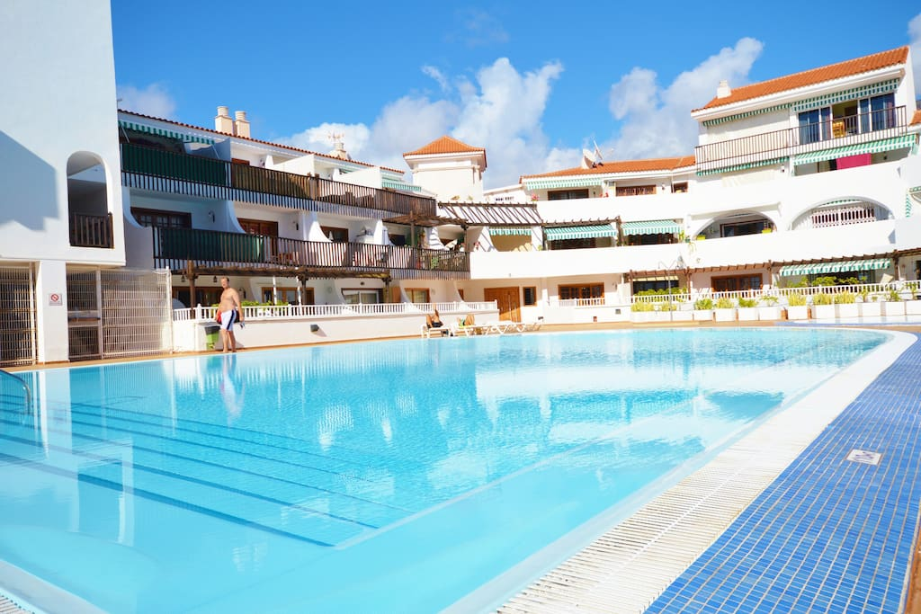 Зона бассейнов оборудована душем, шезлонгами.