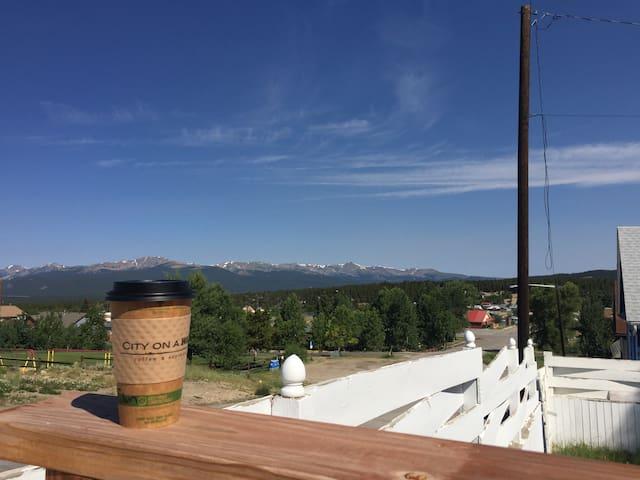 Mtn views/private backyard/block to town/Sleeps 10