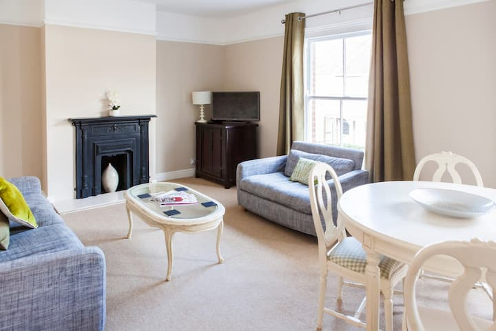 Golden Triangle | Lovely 2 bed apartment | Parking