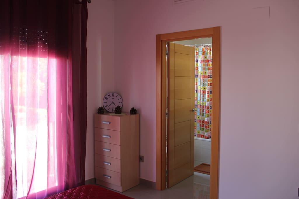 супружеская спальня с ванной комнатой