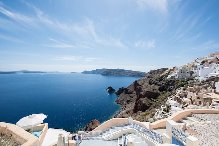 The White cavehouse in Oia