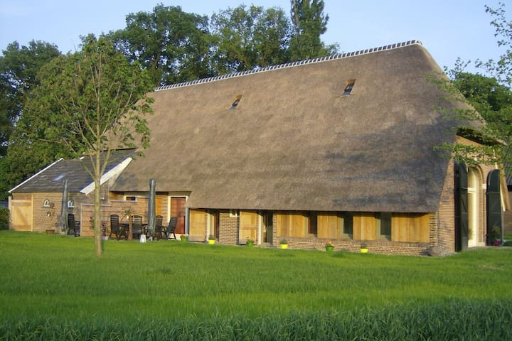 Staying in a thatched barn with box bed, beautiful view, region Achterhoek