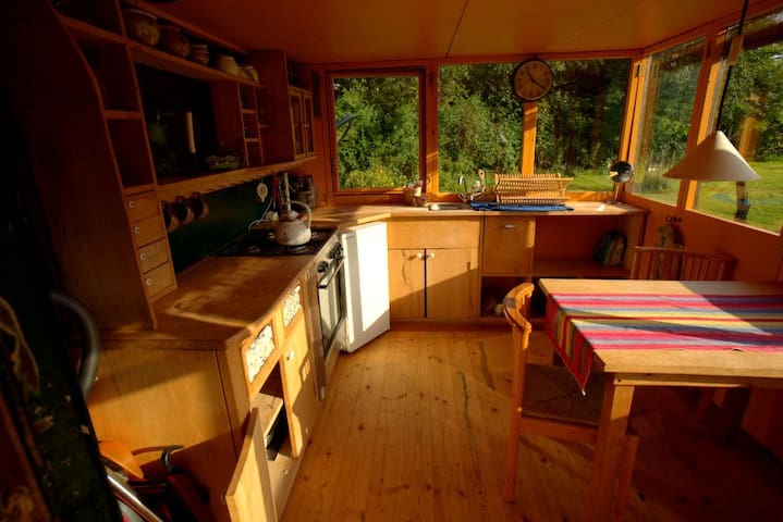 Küche mit Herd, Kühlschrank