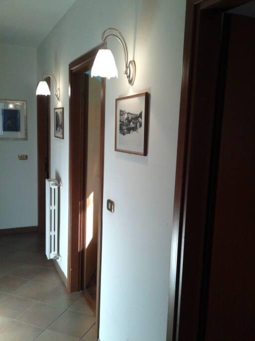 corridoio con ingressi camera e saletta colazioni