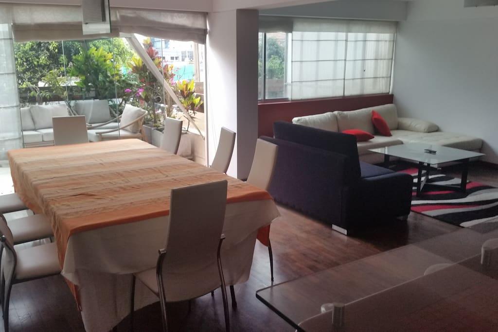 Habitación con baño privado.   Doble servicio de WIFI.  A 20 mt de Av Larco cuadra 7.  A 8 minutos caminando de Larcomar.